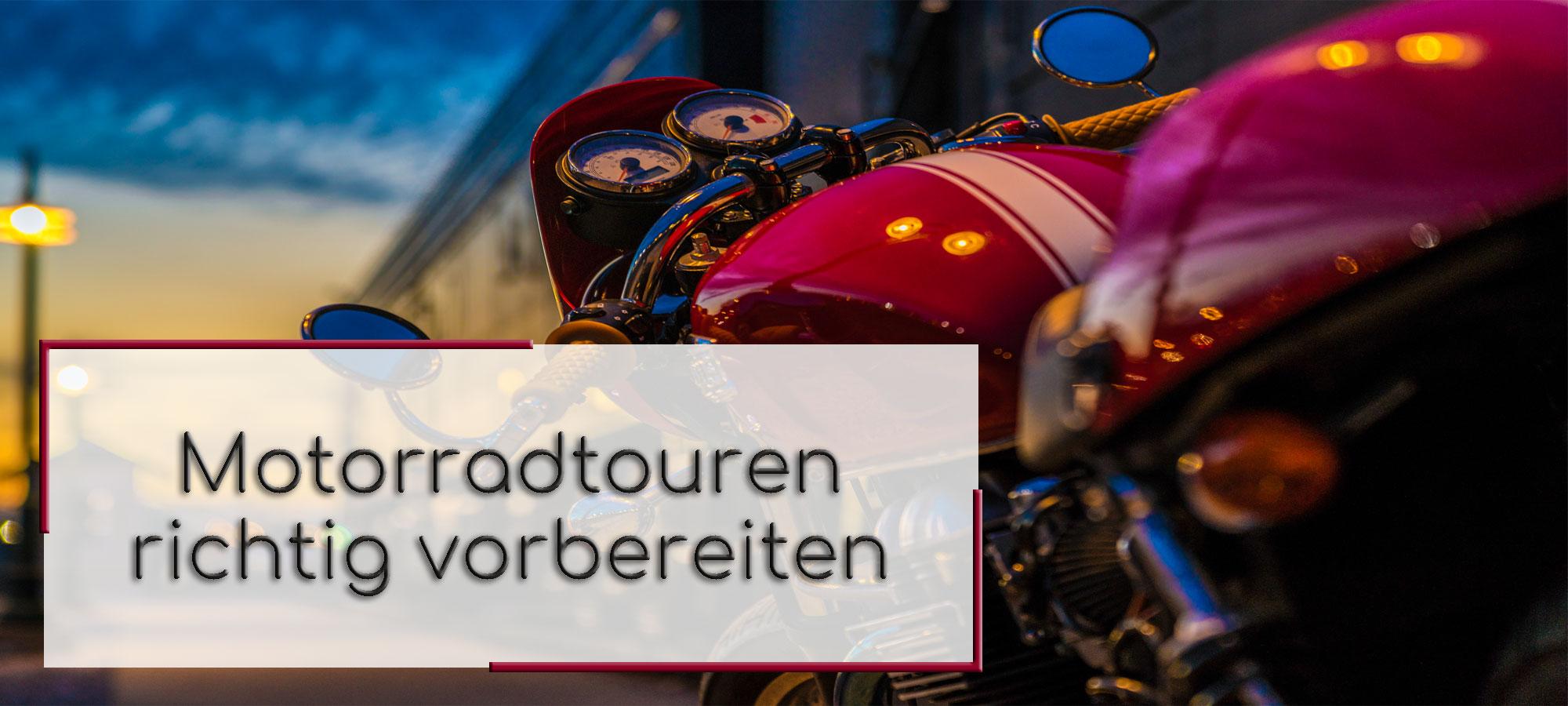 Titelbild mit einem roten Motorrad in der Abenddämmerung. Im Textfeld steht geschrieben: Motorradtouren richtig vorbereiten.