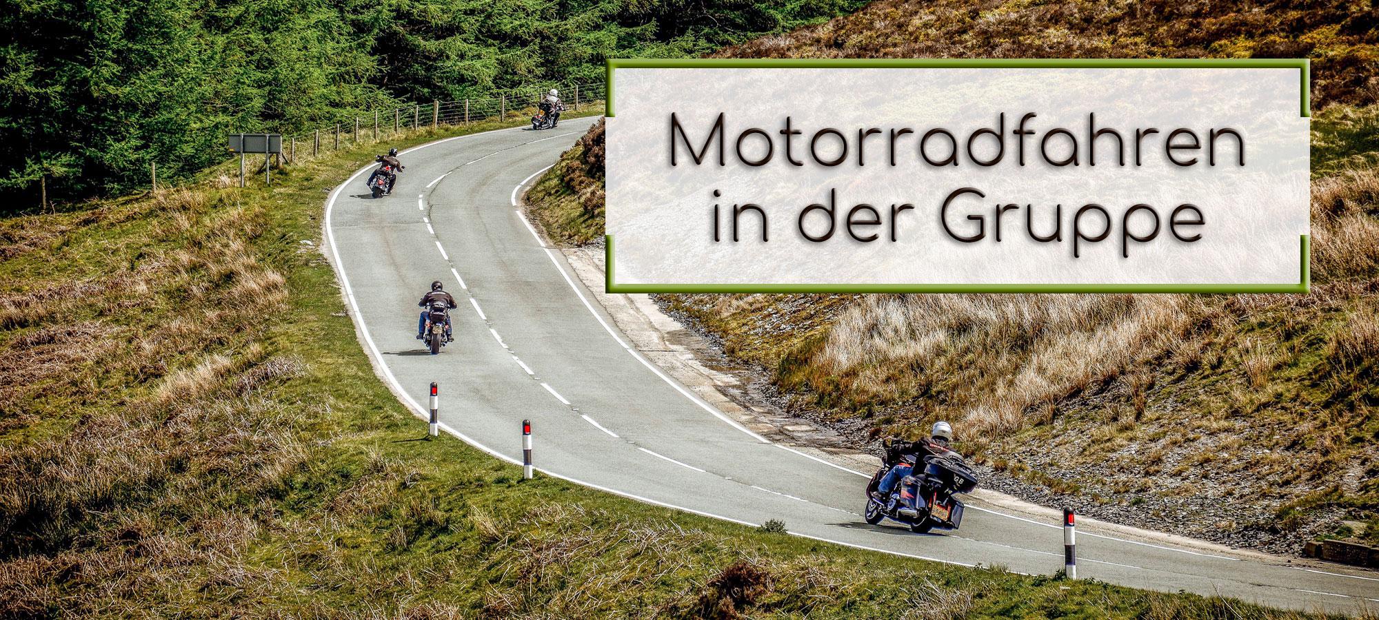 Auf einer Kurve, in einer hugeligen Landschaft, fahren vier Motorräder hintereinander. Im textfeld steht geschrieben: Motorradfahren in der Gruppe.