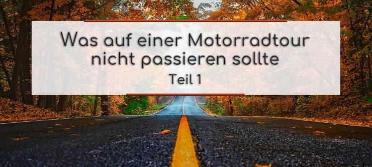 Eine schwarze Strasse, mit gelber Mittellinie geht geradeaus durch den Herbstwald. Im Textfeld steht geschrieben: Was auf einer Motorradtour nicht passieren sollte Teil 1