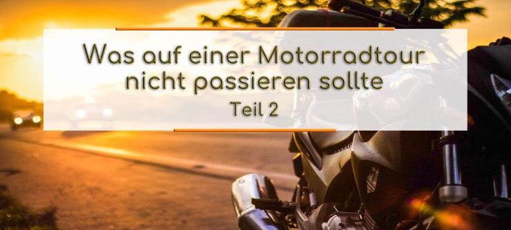 Vor dem Sonnenuntergang, steht links ein Motorrad am Strassenrand. Im Textfeld steht geschrieben: Was auf einer Motorradtour nicht passieren sollte Teil 2.