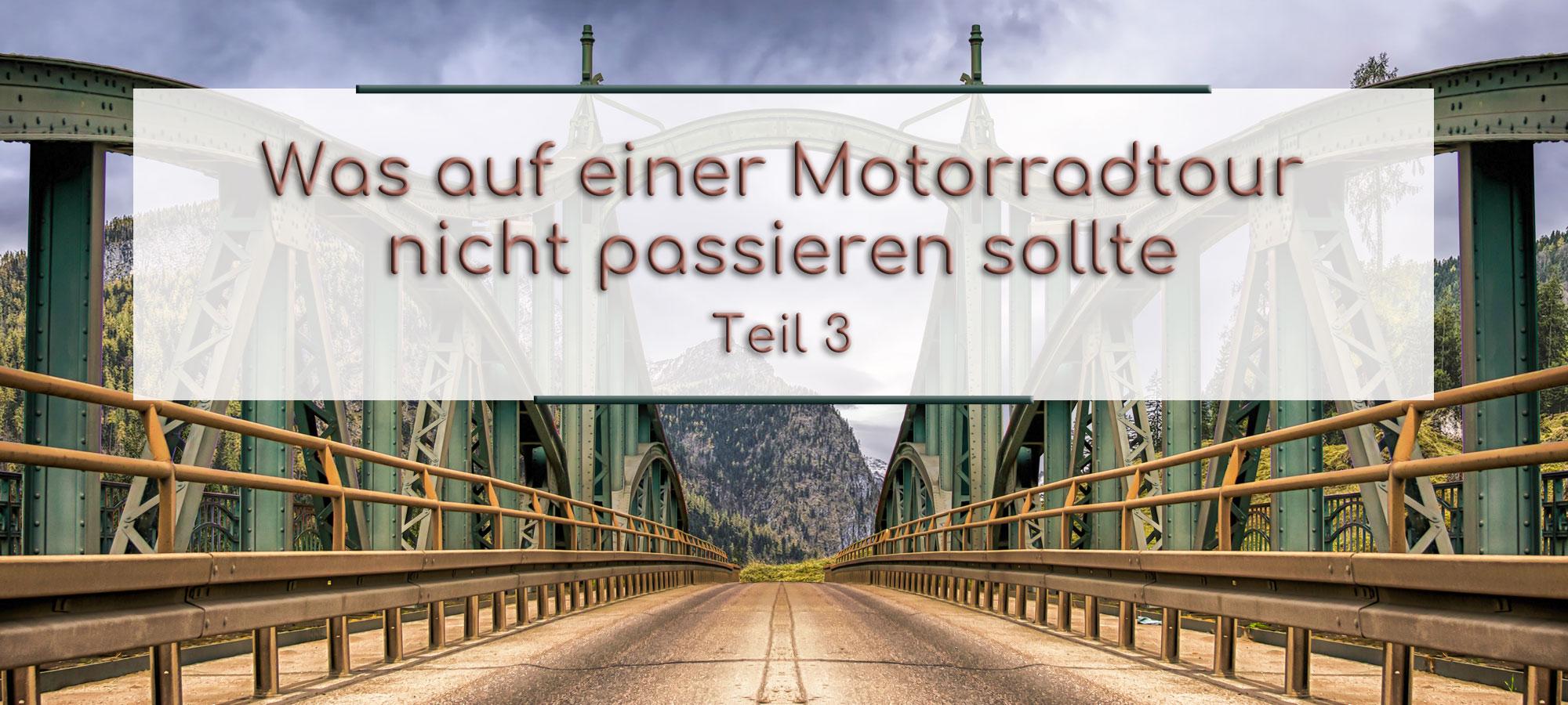 Die Strasse fuehrt ueber eine Stahlbruecke. Im Hintergrund sind die Berge zu sehen. Im Textfeld steht geschrieben: Was auf einer Motorradtour nicht passieren sollte Teil 3.