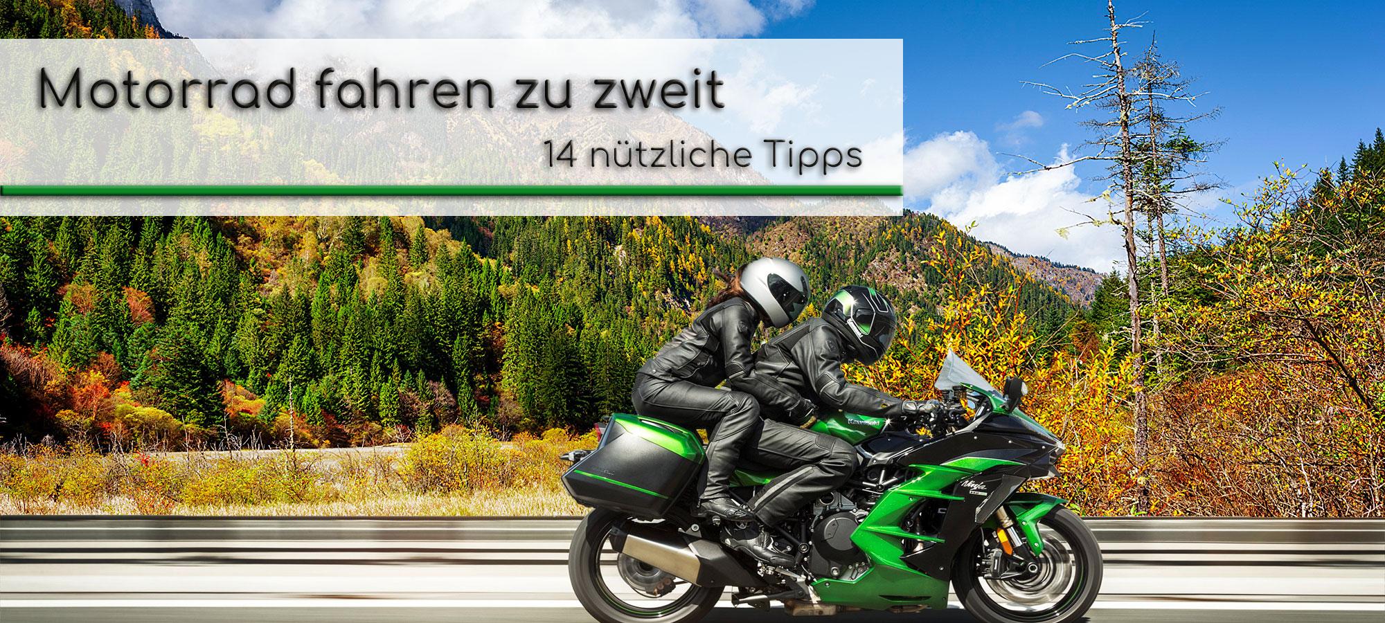 Zwei Personen fahren auf einem gruenen Motorrad. Im Hintergrund ist eine Berglandschaft im Herbst zu sehen. Om Textfeld steht geschrieben: Motorrad fahren zu zweit - 14 nuetzliche Tipps.
