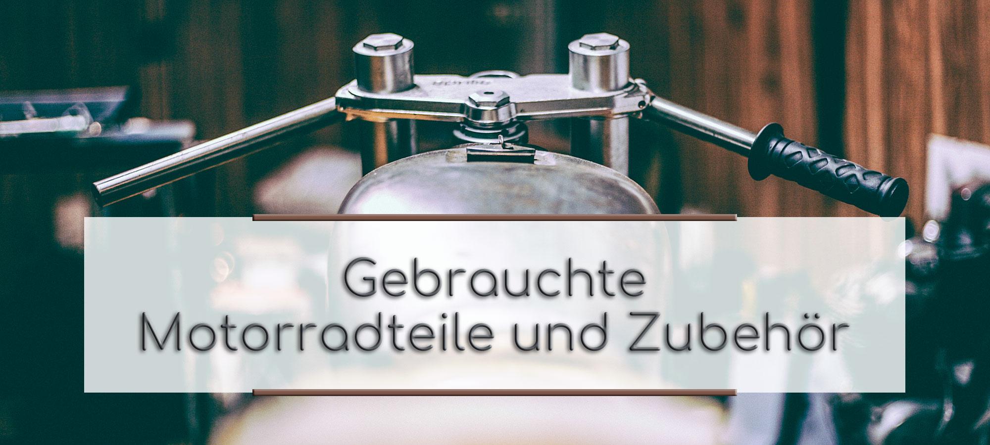 Zu sehen ist der Tank, Lenkkopf und Lenker eines noch nicht fertigen Custombike, welches in einer Werkstatt steht. Im Textfeld steht geschrieben: Gebrauchte Motorradteile und Zubehoer.