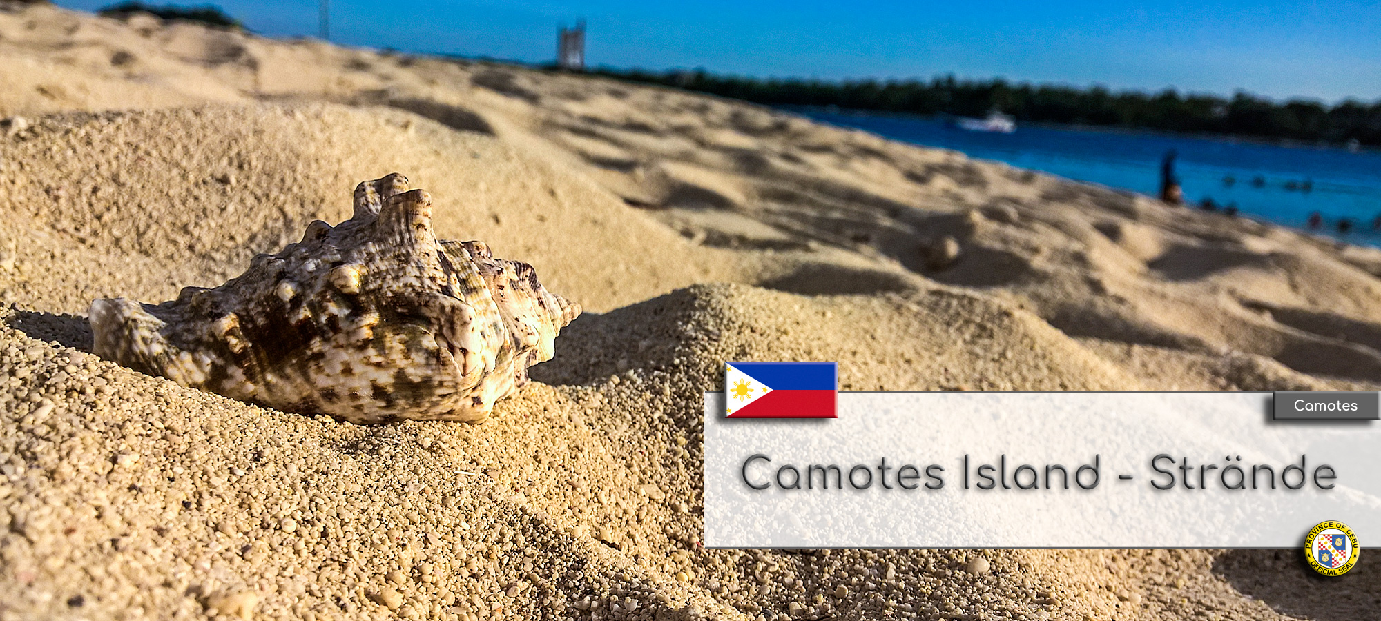 Der Strand von Tulang Island in der Sonnenuntergangsstimmung. Im Vordergrund ist eine schoene Muschel die auf dem Sand liegt zu sehen. Im Hintergrund sieht man Palmen und das Meer. Im Textfeld steht geschrieben: Camotes Island Straende. Wappen der Philippinen und der Provinz Cebu.
