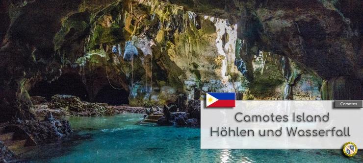 Das Innere der Bukilat Cave mit dem kleinen See. Durch Loecher in der Decke faellt Sonnenlicht in die Hoehle und spiegelt sich im Wasser. Im Textfeld steht geschrieben: Camotes Island Hoehlen und Wasserfaelle. Wappen der Philippinen und der Provinz Cebu.