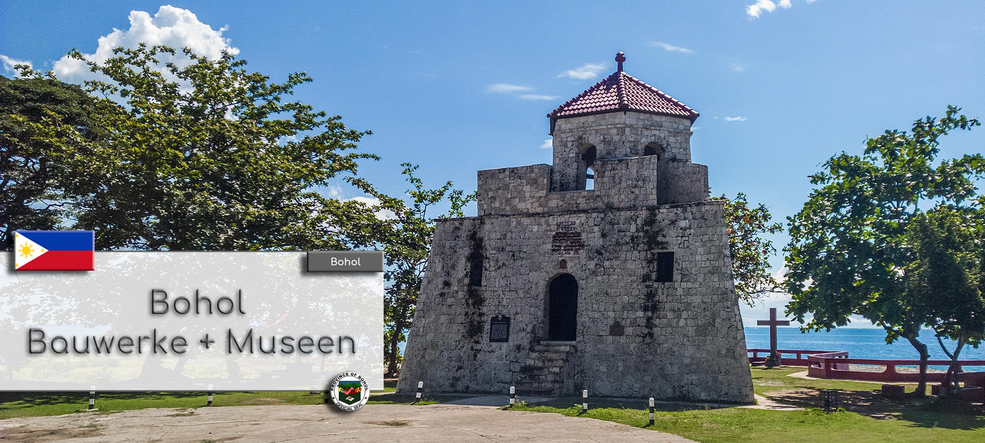 Der Watchtower Punta Cruz auf der Insel Bohol. Im Hintergrund ist das alte Kolzkreuz und das Meer zu sehe. Im Textfeld steht geschrieben: Bohol Bauwerke und Museen. Wappen der Philippinen und der Provinz Bohol.