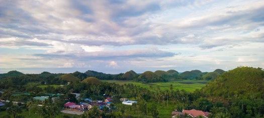 Blick vom Sagbayan Peak ueber die Chocolate Hills auf der Insel Bohol.