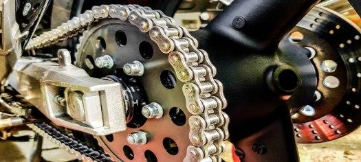 Motorradkette reinigen schmieren 06